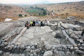 イスラエルのテル・レヘシュ遺跡で確認された1世紀ごろのシナゴーグ跡(右側が北)。建物内に並んだ切り石はベンチとして使われていたとみられる=8月(テル・レヘシュ発掘調査団提供)