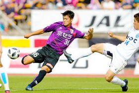 サンガ-横浜FC 初先発を果たし、シュートを放つサンガの上月(西京極)