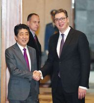 セルビアのブチッチ大統領(右)との会談を前に握手する安倍首相=15日、ベオグラードのセルビア宮殿(共同)
