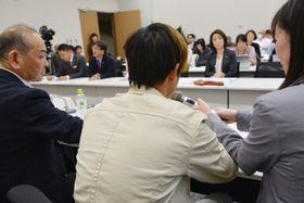 外国人技能実習生として福島県で除染作業に従事したベトナム人男性(手前中央)=3月、東京都千代田区
