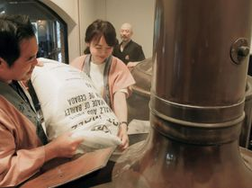 皆生温泉のオリジナル地ビールの仕込み作業をする若おかみの山崎裕美子さんら=16日、鳥取県伯耆町