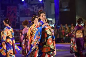 花魁ミュージカルで踊りを披露する鰍沢恵美里記者(中央)=3日午後、北海道旭川市