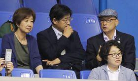 15日、レスリング全日本選抜の会場で、客席から観戦する至学館大の谷岡郁子学長(左)とレスリング部監督の栄和人氏(右)ら=東京都世田谷区の駒沢体育館