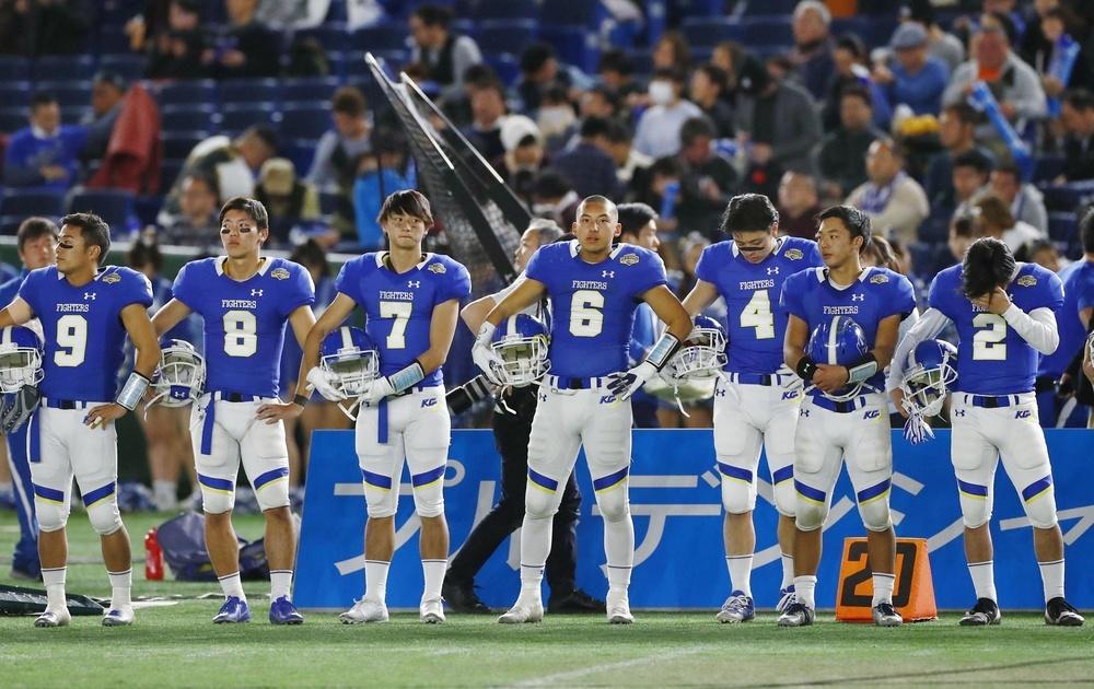 富士通に敗れ、肩を落とす関学大の選手=2019年1月3日・東京ドーム