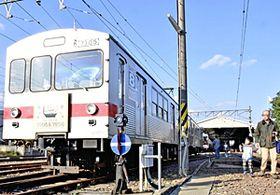 鉄道ファンらに最後の姿を披露する飯坂線7000系