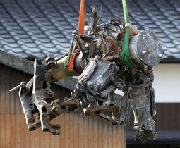 陸上自衛隊のAH64D戦闘ヘリの墜落現場から回収されたメインローターヘッド=8日、佐賀県神埼市