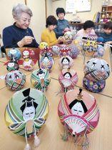 桃の節句に向け、製作が進む加賀手まりのひな飾り=金沢市南町