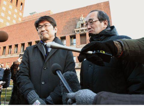 ノーベル平和賞の授賞式後、取材に応じる田上富久長崎市長(左)と松井一実広島市長=10日、オスロ(共同)