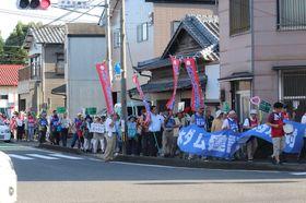 建設反対を訴え街中を行進する集会参加者=川棚町内