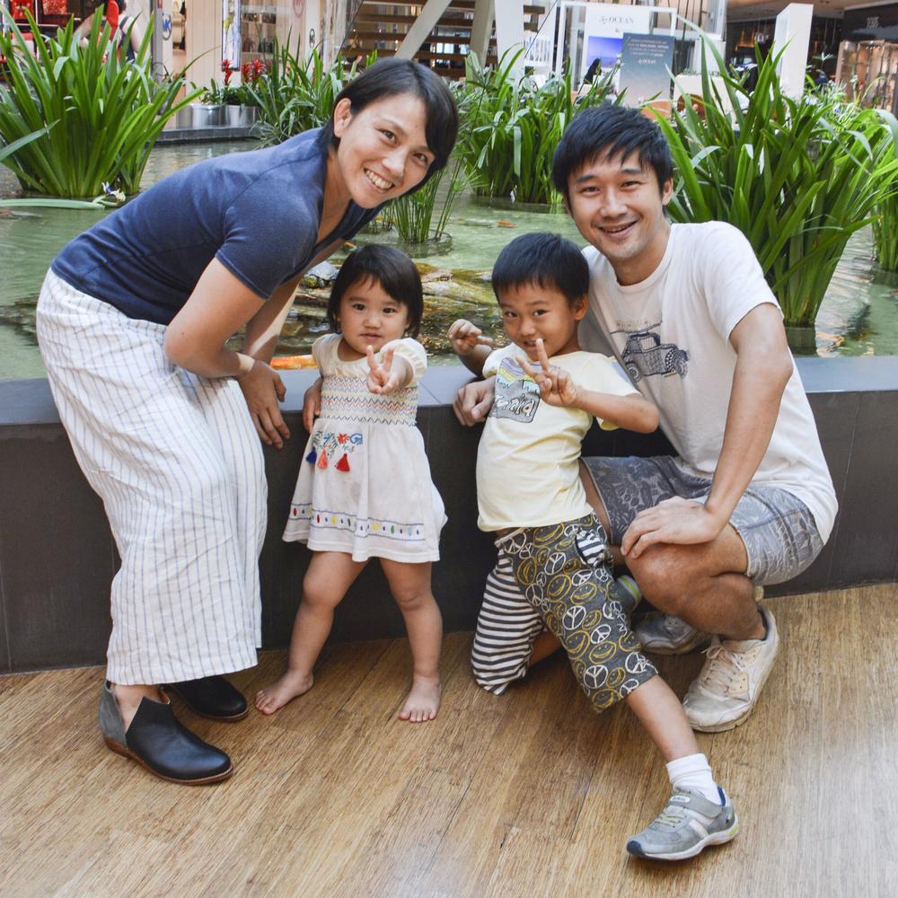 藤井裕子さん(左端)と一緒に笑顔を見せる(右から)夫の陽樹さん、長男清竹君、長女麻椰ちゃん=2019年9月、ブラジル・リオデジャネイロ(共同)