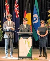 オーストラリア・メルボルンの車暴走事故の犠牲者を追悼する式典で、無念を語る官野陽介さんの兄(中央)=23日(ビクトリア州政府提供、共同)