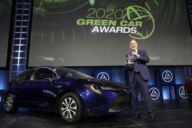 「グリーンカー・オブ・ザ・イヤー」を受賞したトヨタ自動車の「カローラ」=21日、米ロサンゼルス(AP=共同)