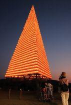 試験点灯され、温かな光で町を彩る灯籠タワー=佐世保市、江迎中央公園