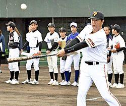 中学生に指導するプロ野球巨人前監督の高橋氏=16日、福島市・信夫ケ丘球場