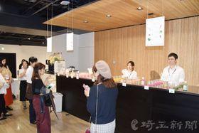 ピックルスコーポレーションが開いた「Pne―12(ピーネ12)」を活用した製品の説明会。参加者は提供された糀甘酒などを味わっていた=26日午後、東京都渋谷区