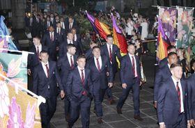 市民らの歓迎を受け、宮崎県庁本館に入るイングランド代表の選手たち=16日