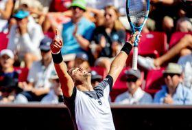男子テニスのスウェーデン・オープン、決勝でリシャール・ガスケを破り、優勝したファビオ・フォニーニ=22日、バスタード(ロイター=共同)