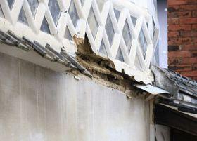 旧苅田家住宅の三階蔵で破損した「腰屋根」となまこ壁=9日午前9時54分、津山市勝間田町