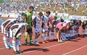 【山口-京都】0-2で敗れサポーターにあいさつするレノファ山口の選手=25日、京都市の西京極陸上競技場兼球技場