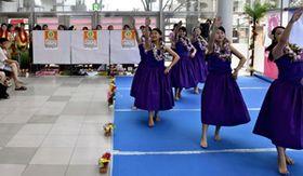 大会盛り上げへ市内3カ所で踊りを披露した高校生フラガール「平商Mahaloha」