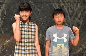 「夏の雲は忘れない」に出演が決まった楠山さん(左)と松尾君=長崎原爆資料館