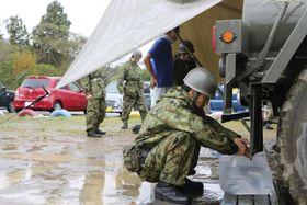 断水の続く千葉県君津市で、給水活動をする自衛隊員=18日
