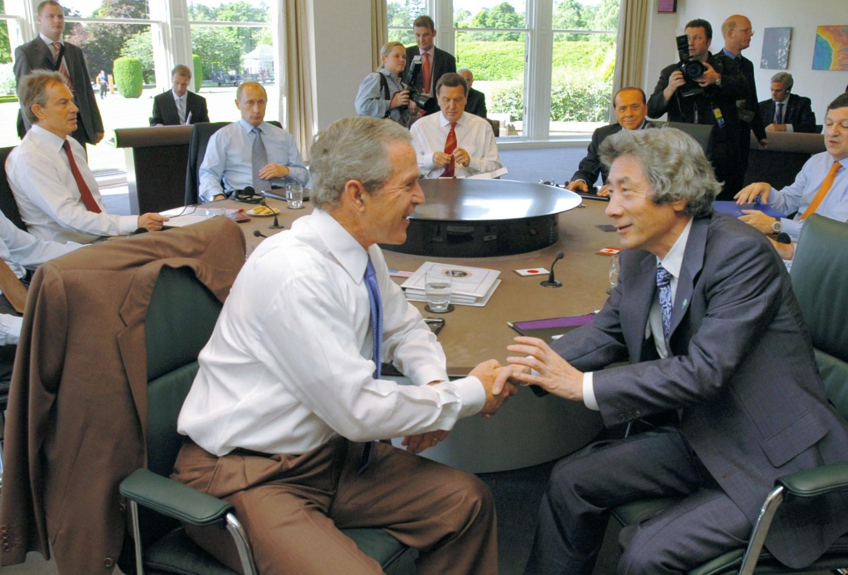 2005年7月、グレンイーグルズ・サミットでブッシュ米大統領(手前左)と握手する小泉首相。左端はブレア英首相(共同)