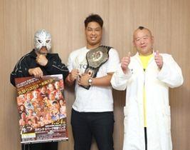 イベントをPRするプロレスラーの岩崎永遠選手(中央)=18日、新潟市中央区の新潟日報メディアシップ