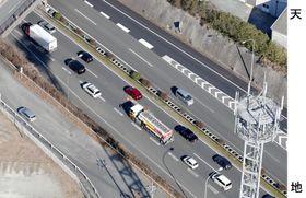 乗用車など9台が絡む衝突事故があった九州自動車道上り線(下)の現場付近=3日午後2時2分、福岡県広川町(共同通信社ヘリから)