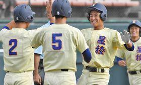 金沢商-星稜9回裏星稜1死一、二塁、サヨナラ3点本塁打を放ち、笑顔で生還する中田(手前右)=いずれも金沢市の県立野球場で