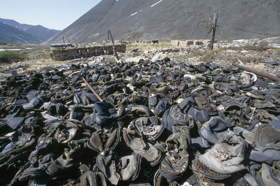 ロシア極東のマガダン州ブトグイチャクの強制収容所跡に残された収容者たちの靴。ウラン鉱での強制労働による被ばくや飢餓などで数千人の収容者が死亡した=1990年(Hans-Juergen Burkard提供、共同)