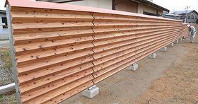 やまなみ学園に設置された山形式フェンス=長井市今泉