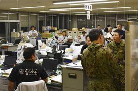 地震が発生、対応に追われる新潟県村上市役所の職員ら=19日午前1時ごろ