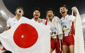 2008年の北京五輪陸上男子400メートルリレーで銅メダルを獲得した日本チーム。左から塚原直貴、末続慎吾、朝原宣治、高平慎士の各選手=国家体育場(共同)