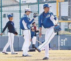 開幕を心待ちに調整に励む石川ミリオンスターズの投手陣=金沢市安原スポーツ広場
