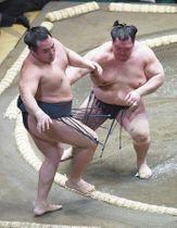 北勝富士(右)が押し出しで鶴竜を破る