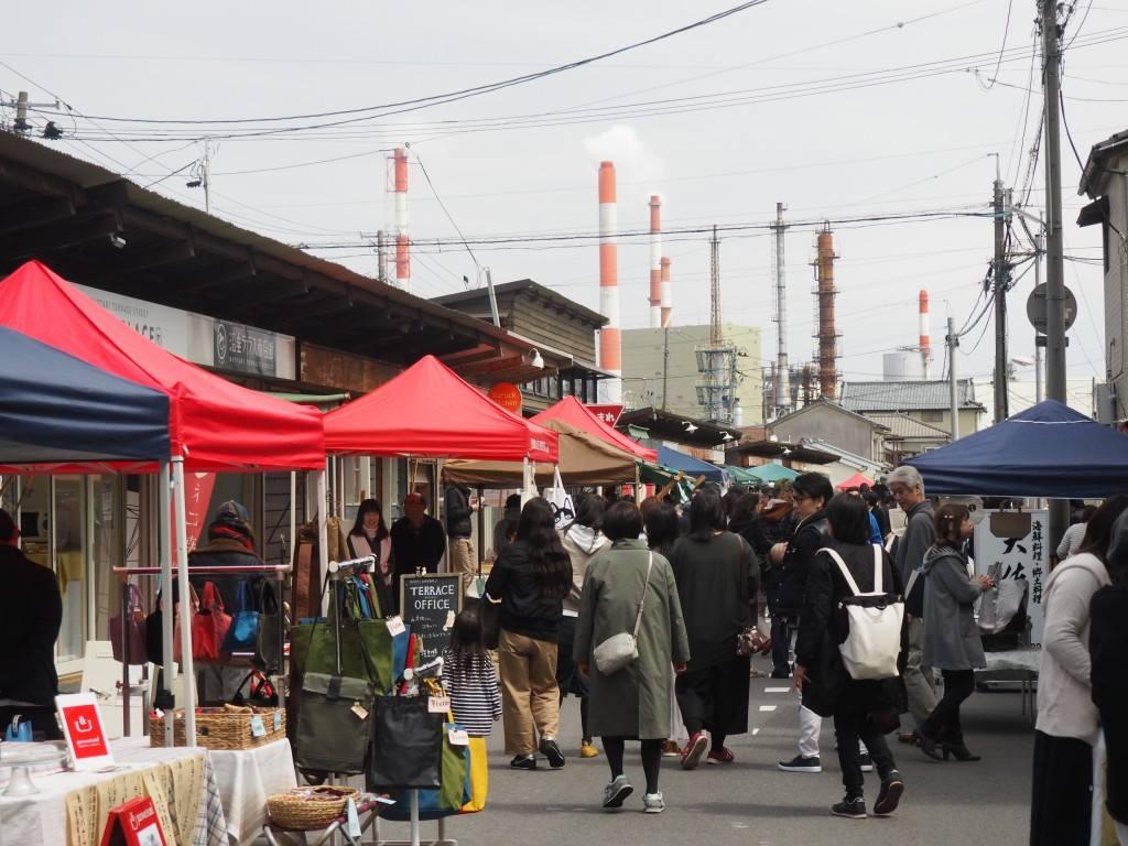 多くの人が訪れ、地域に定着してきた朝市=2019年4月(テラスオフィス提供)