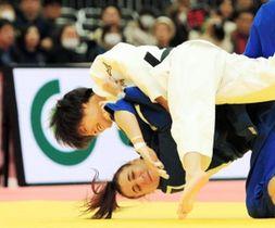 女子52キロ級 一本勝ちで3回戦を突破する阿部詩(上)=丸善インテックアリーナ大阪(撮影・鈴木雅之)