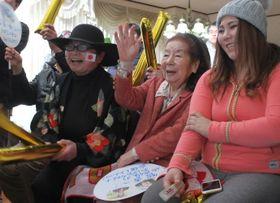 テレビで竹内選手を応援する泊さん(中央)ら=佐世保市の泊さん宅