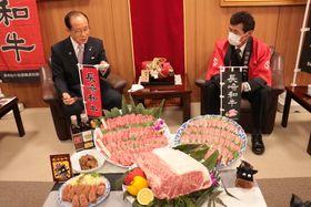 長崎和牛を朝長市長にPRする川島部会長(右)=佐世保市役所