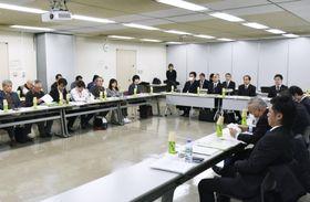 福岡市で行われたカネミ油症の患者団体の代表ら(左奥)と国(右奥)、原因企業(右手前)による3者協議=19日