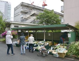 東京・北青山の都営住宅内で実施された移動販売=26日午後