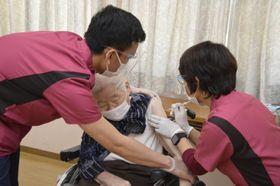 ワクチン接種を受ける入所者(中)=吉野川市川島町川島の老人保健施設健祥会ウェル