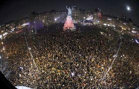 19日、パリの共和国広場で開かれた反ユダヤ主義的行為への抗議集会(ロイター=共同)