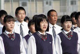 古関氏が作曲した校歌を合唱する生徒=雲仙市、小浜高