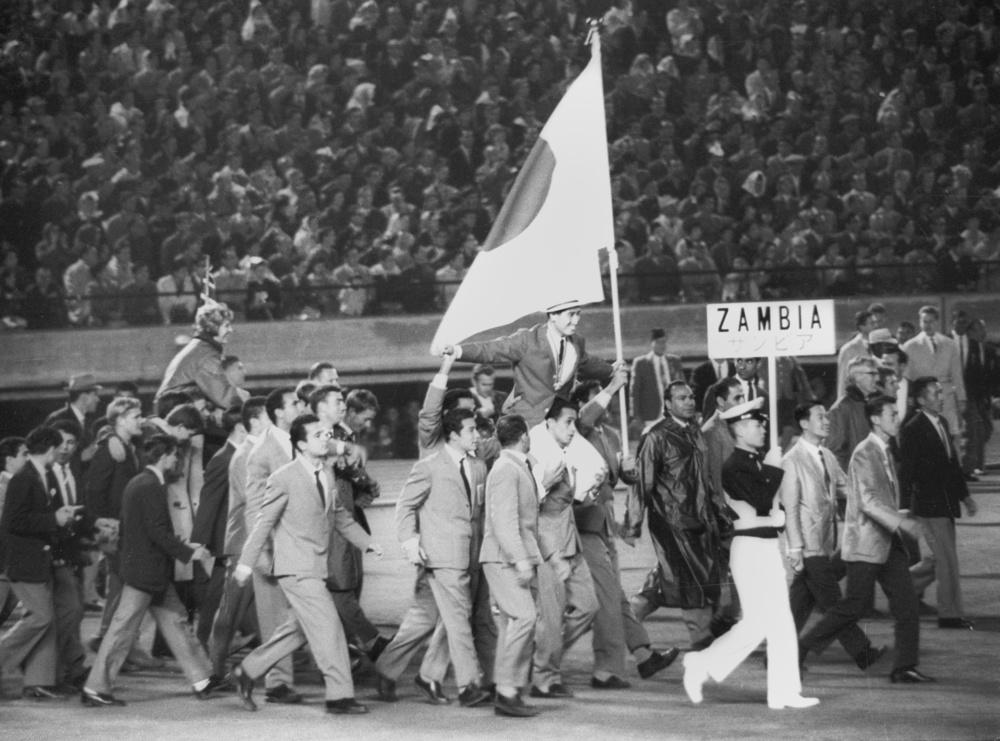 1964年10月24日、閉会式では福井誠旗手が肩車され、各国選手団が入り乱れて歩き始めた