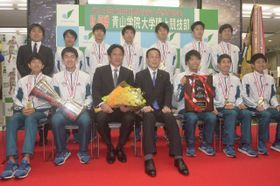 記念撮影に臨む青学大の原晋監督(前列左から3人目)や選手たち =相模原市役所