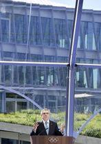 完成した新本部「五輪ハウス」を背にあいさつするIOCのバッハ会長=23日、スイス・ローザンヌ(共同)