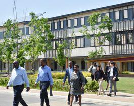 オガールエリアを見学する南アフリカの視察団。にぎわい効果は周辺商店街にも広がっている
