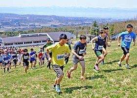 参加者が自分の限界に挑むゲレンデ逆走マラソン=昨年4月30日、猪苗代町・猪苗代リゾートスキー場
